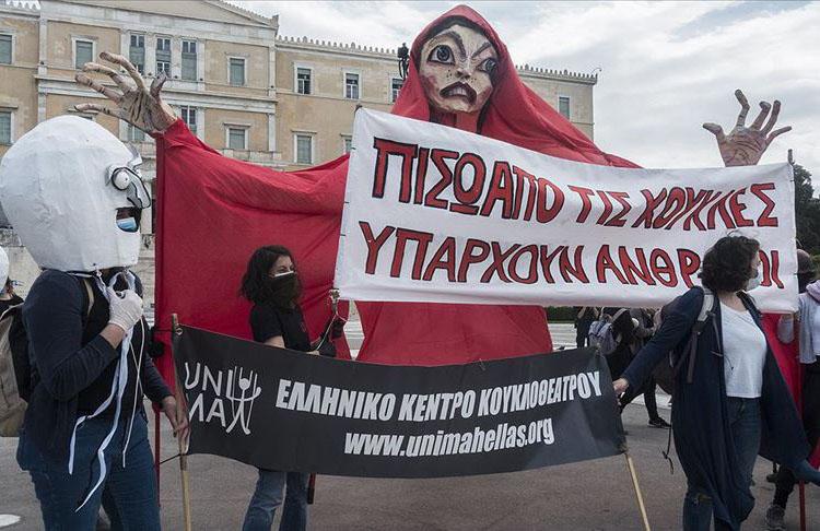 Yunanistan'da sanatçılardan protesto''Maske takıyoruz ama susmuyoruz''