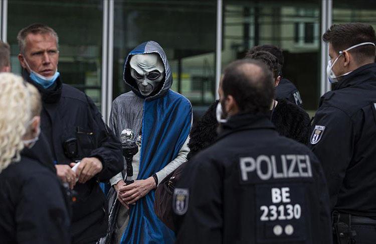 Almanya'da Koronavirüs tedbirleri binlerce kişi tarafından protesto edildi