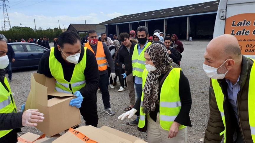 YTB ve UID, Fransa'daki mültecilere yardım kolileri dağıttı