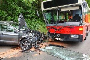 Okul otobüsü otomobile çarptı