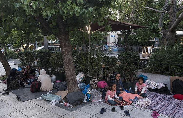 Yunanistan'da 10 bin mülteci meydanlarda sabahlıyor