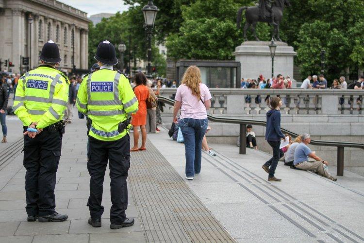 Londra'da bir sokak partisinde 15 polis yaralandı