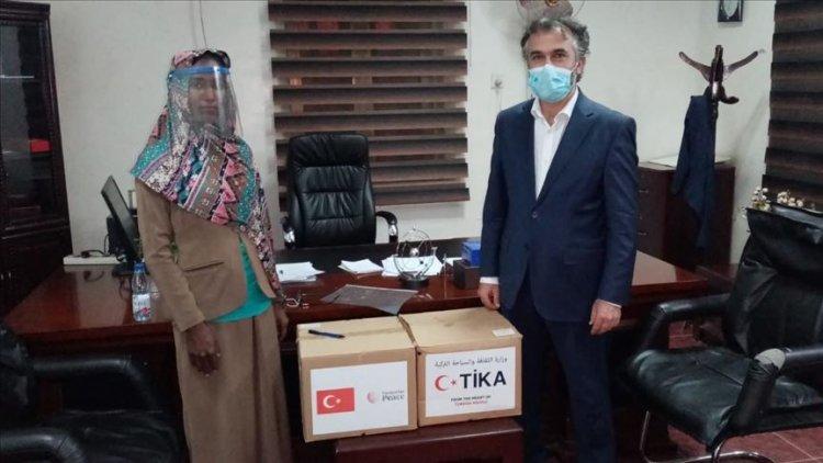 TİKA'nın ürettiği siperlikli maskeleri Sudan Sağlık Bakanlığına teslim etti