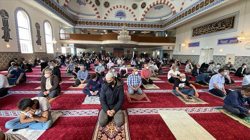 Hollanda'da 4 ay sonra camilerde ilk cuma namazı kılındı