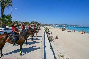 İzmir'in plajlarında atlı polis birlikleri görevde
