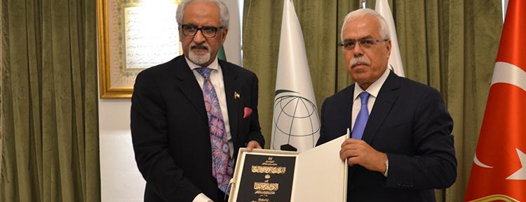 IRCICA'dan Kuveyt Emiri es-Sabah'a 'Osmanlı Belgelerinde Kuveyt' kitabı