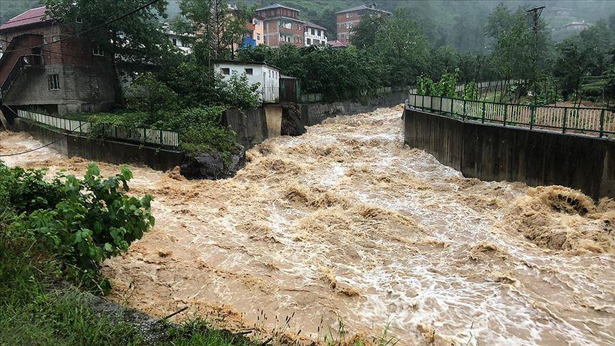 Trabzon'da şiddetli yağış Yomra, Sürmene ve Köprübaşı ilçelerinde heyelanlara yol açtı