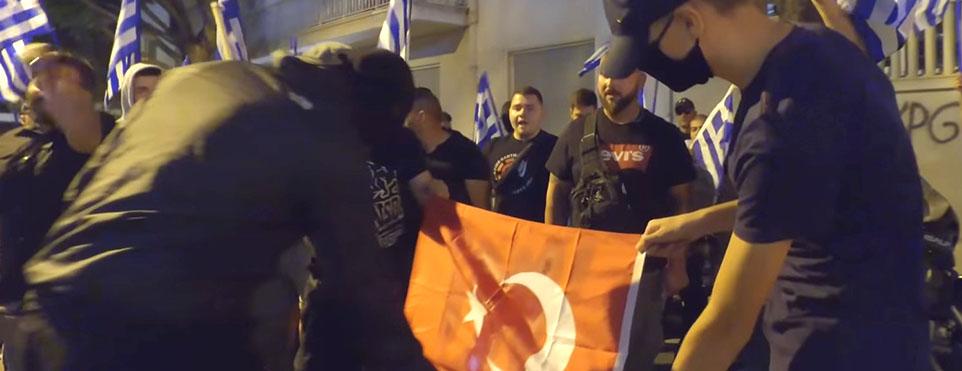 Ayasofya Camii kararına tepkili aşırı sağ Yunan grup haddini aştı! Türk bayrağı yaktı