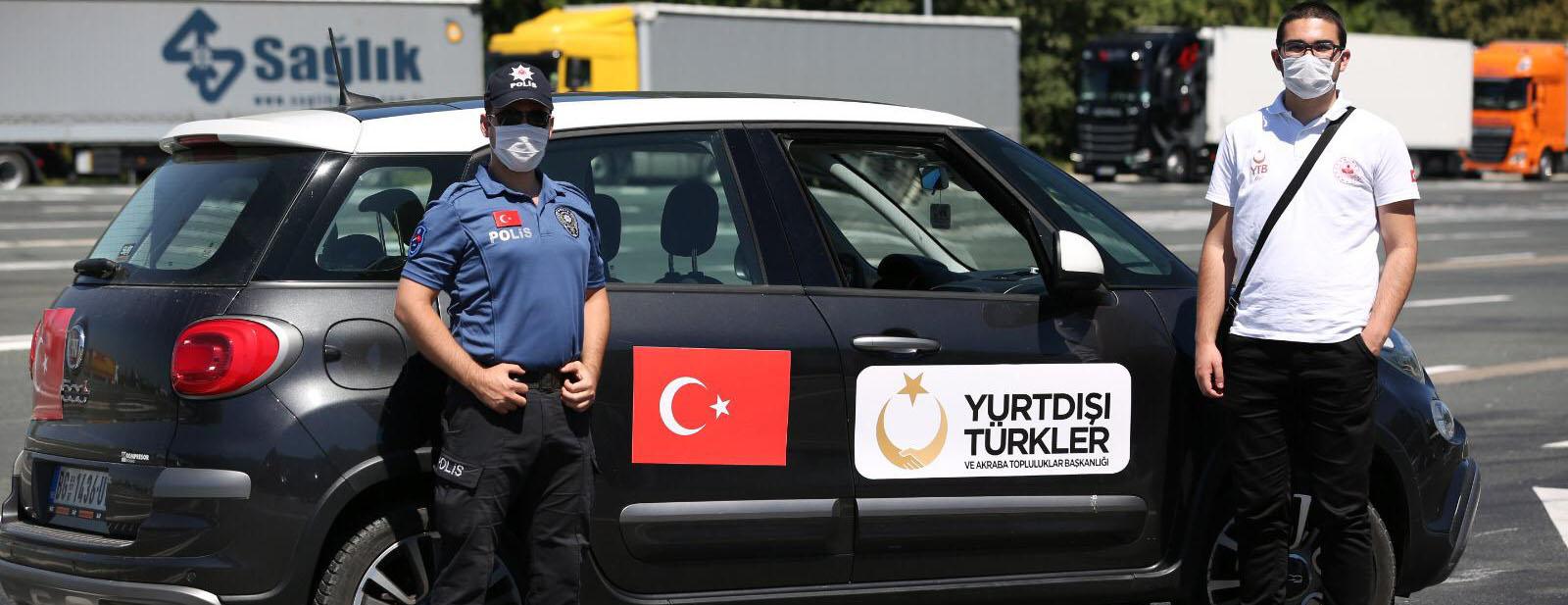 YTB, Memleket yoluna çıkan vatandaşlara Sırbistan sınırında hijyen paketleri dağıtıyor