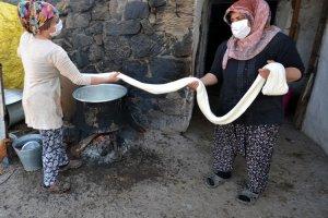 Asırlık lezzet çeçil peyniri geleneksel yöntemlerle üretilmeye devam ediliyor