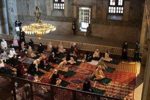 Ayasofya-i Kebir Cami-i Şerifi'nde kılınan namaza kadınlar da katıldı