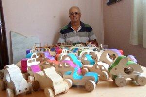 Sanatçı Levent Kılıç, ağaç parçalarını oyuncağa dönüştürüyor