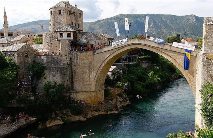 Geleneksel Mostar Köprüsü'nden '454 yıldır devam eden gelenek'