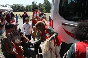 Türk Kızılay çocukları 'bayramlık kıyafetle' sevindiriyor