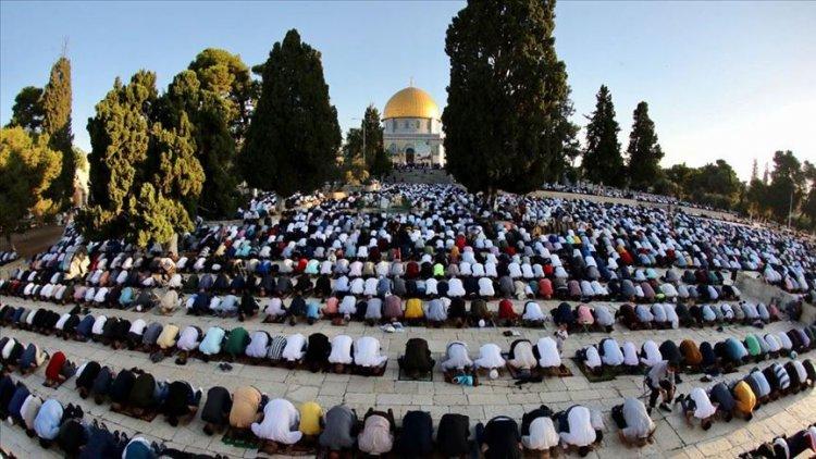 Mescid-i Aksa'da on binlerce Müslüman Kurban Bayramı namazı kıldı