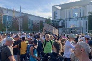 Almanya Başbakanlık binası önünde Kovid-19 kısıtlaması protesto edildi