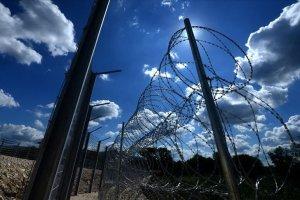 Sırbistan'dan göçmenlere tel örgü