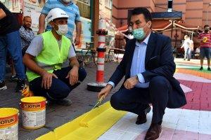 Başkan Dündar sokakları boyadı