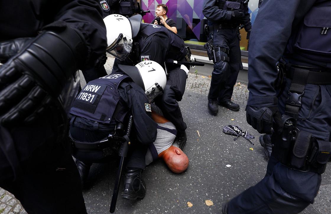 Almanya'da Kovid-19 önlemlerini protesto gösterisine polisin müdahalesi ağır oldu
