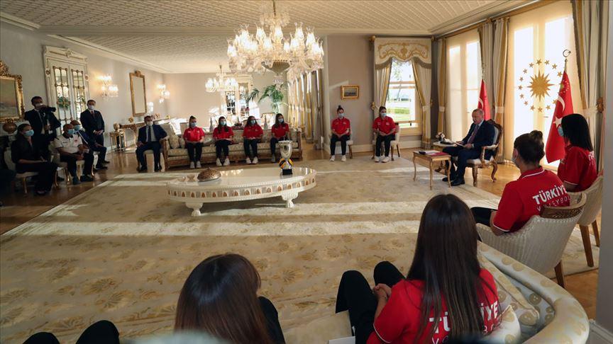 Cumhurbaşkanı Erdoğan, Avrupa şampiyonu 19 Yaş Altı Kız Voleybol Milli Takımı'nı kabul etti