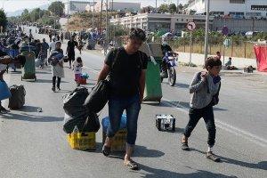 Moria'da sığınmacılar kampa yerleştirildi