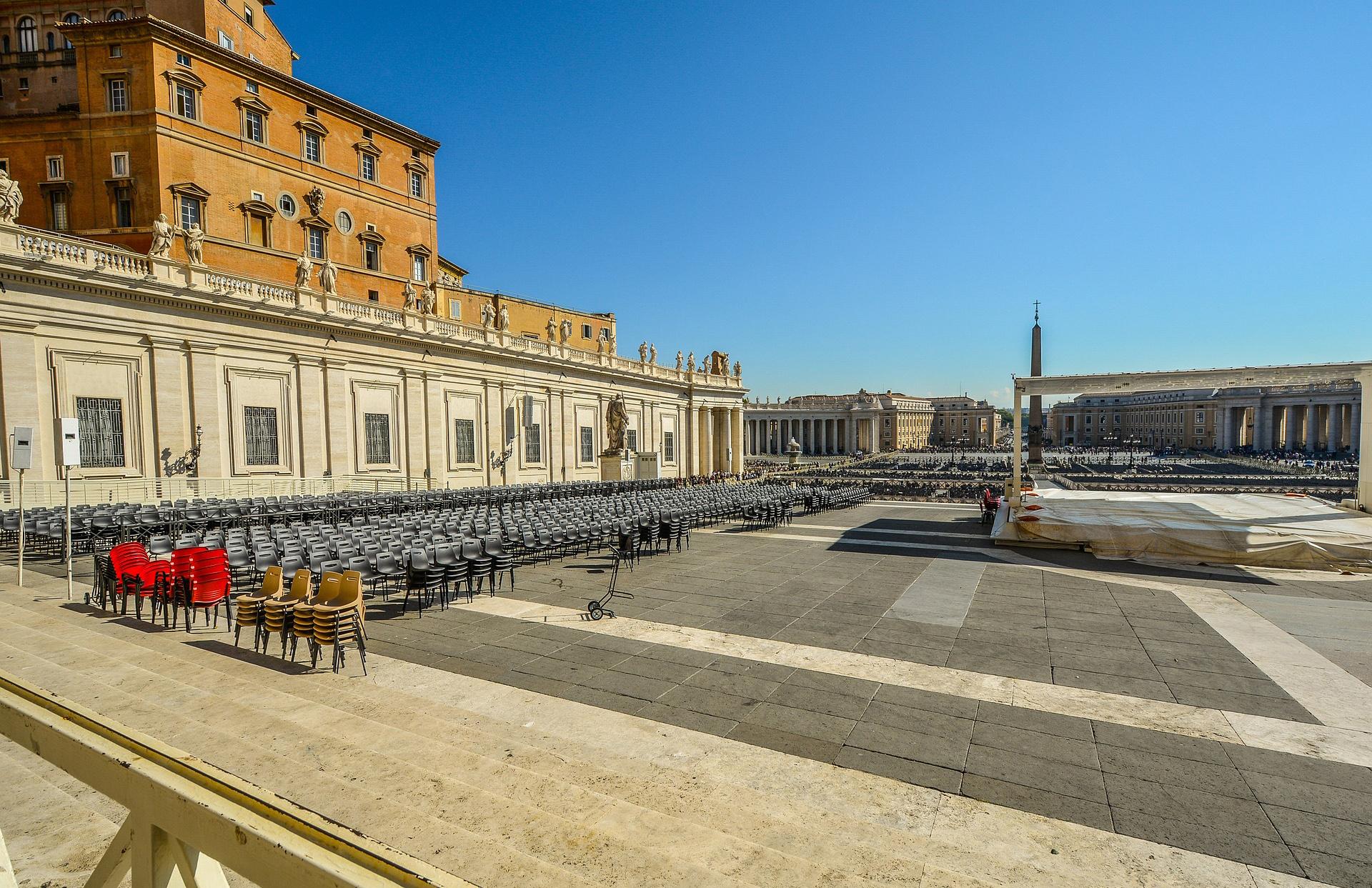 Katoliklerin merkezi Vatikan'da yolsuzlukla suçlanan üst düzey görevli istifa etti