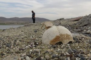 Arpaçay Barajı'nda suların çekilmesiyle Urartu mezarlığı ortaya çıktı
