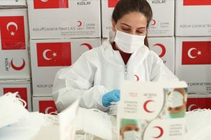 Türk Kızılay ürettiği cerrahi maskeleri ihtiyaç sahiplerine ücretsiz dağıtıyor