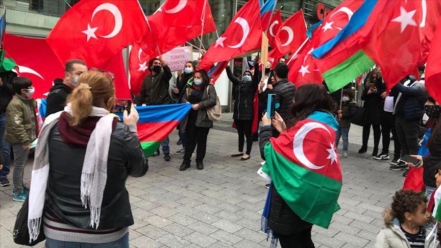Almanya'da Türkler Azerbaycan'a destek mitingi