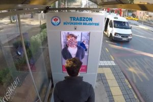 Trabzon'da maske takmayanlar, yüzünü koronavirüse çeviren dijital ekranlarla uyarılıyor