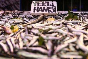 Karadeniz'de hamsi balıkçıların ve vatandaşın yüzünü güldürdü