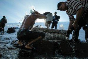 Bosna Hersek'te göçmenler sıfırın altında 15 derecede yıkanıyorlar