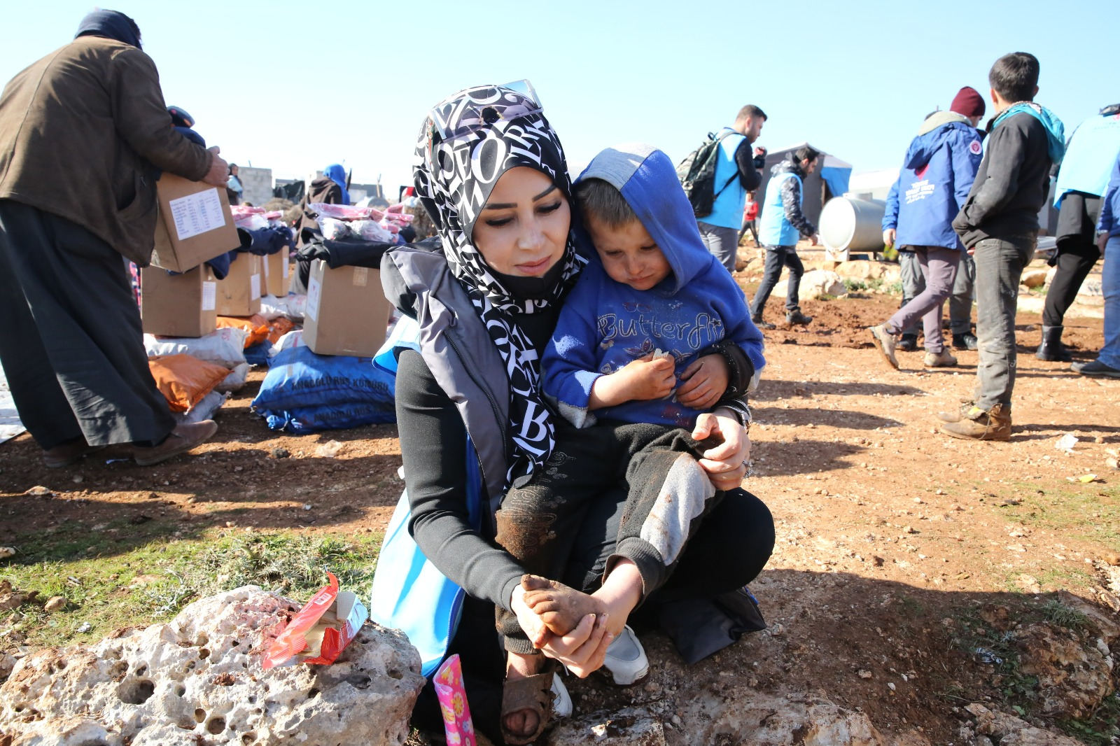 TDV, İdlib'de çamur içinde yaşayan aileler sıcak yuvaya kuruyor