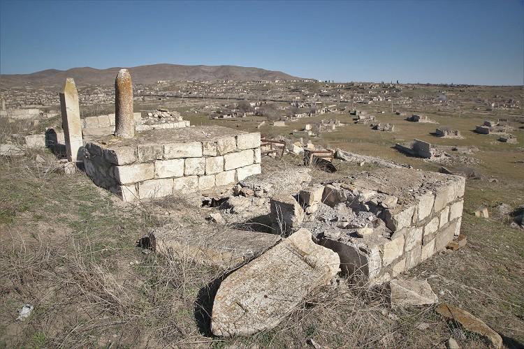 Dağlık Karabağ'da Ermenistan güçlerinin vahşetinin tanığı yıkılan mezarlıklar