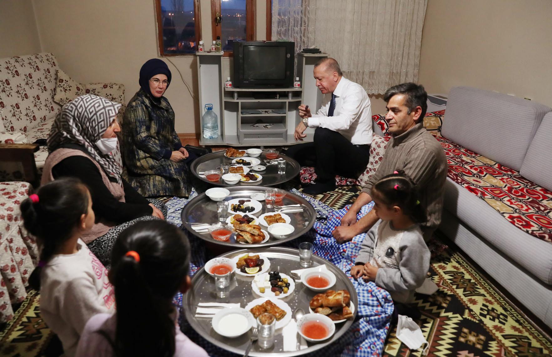 Başkan Erdoğan 3 çocuklu vatandaşın evinde iftar yaptı