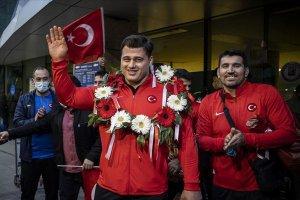 Milli güreşçiler Kayaalp ve Murat Fırat, Esenboğa Havalimanı'nda coşkuyla karşılandı
