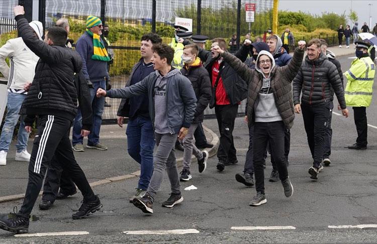 Manchester United taraftarları Stad'ı bastı