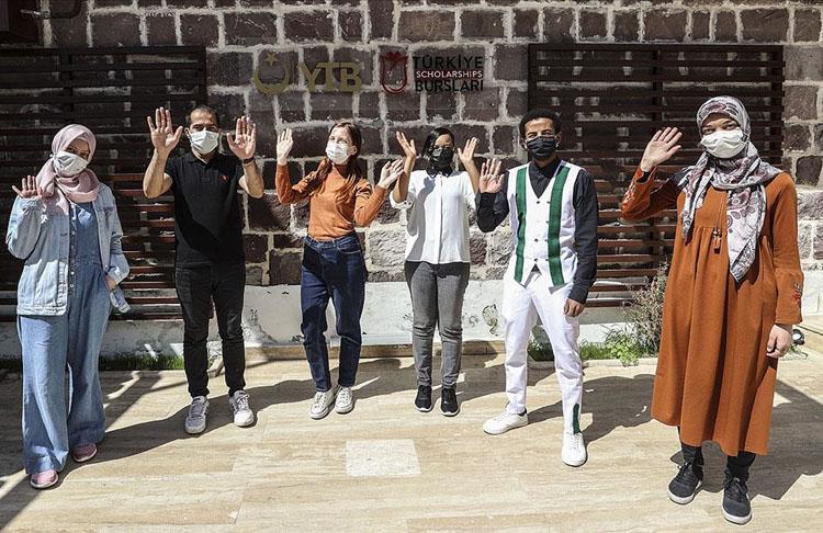 YTB'nin 'Türkiye Bursları' öğrencileri, ülkelerindeki ve Türkiye'deki ramazan ayını anlattı