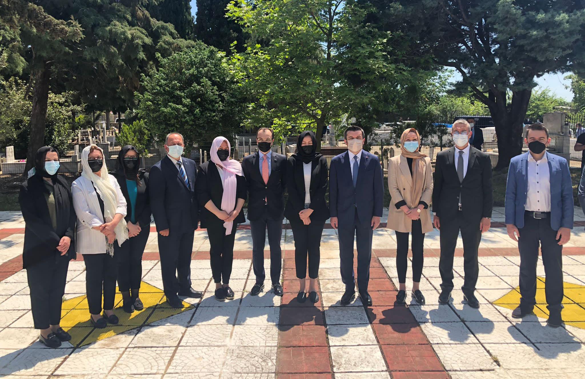 Dışişleri Bakan yardımcısı Kıran, Dr Sadık Ahmet'in kabrini ziyaret etti