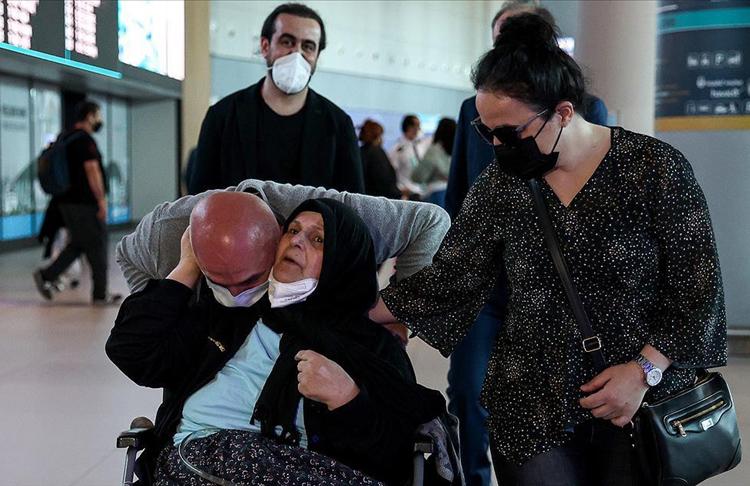 Almanya'da bakımevinde kalan felçli kadın, Bakanlığının desteğiyle Türkiye'ye getirildi