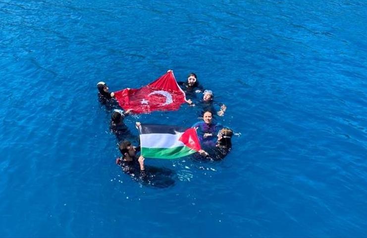 TDV gönüllüleri dalış yaparak Filistin bayrağı açtı