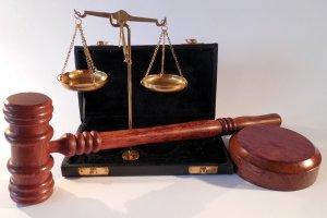 Yunanistan'da mahkemenin kararına tepki gösteren rahip, salondakilere kezzap attı
