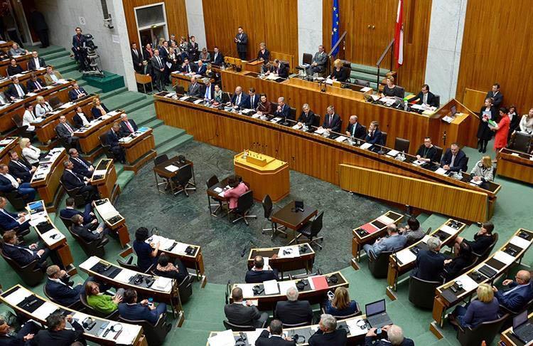 Avusturya'da Müslümanların haklarını kısıtlayacağı düşünülen yasa tasarı mecliste kabul edildi