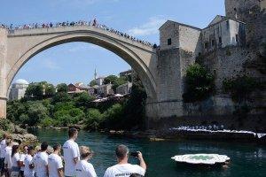 Srebrenitsa soykırımının 26. yıl dönümünde Mostar Köprüsü'nden sessiz atlayış