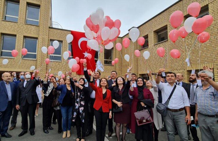 Düsseldorf Başkonsolosluğun bahçesinden balonlar şehitlerin isimleriyle göğe yükseldi