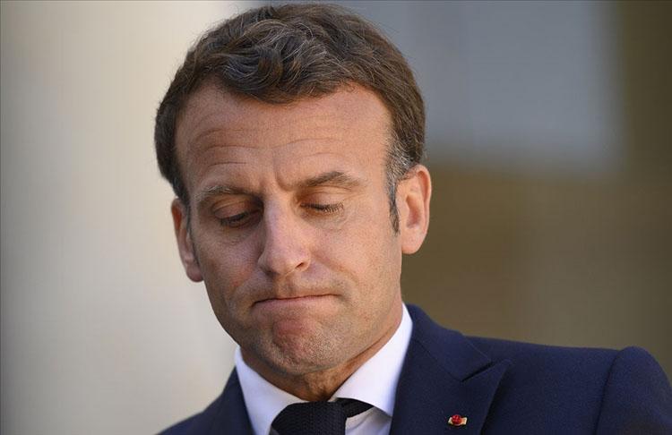 Macron'a tapınak ziyareti sırasında bir kişi 'sen bir ateistsin'