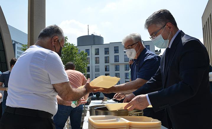 Köln DİTİB Merkez Camii'nde geleneksel kavurma ikramı