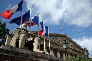 Fransa'da Müslümanları ötekileştiren tartışmalı yasaya tepkiler sürüyor