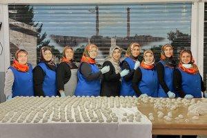 Kadın gönüllüler lahmacun satarak selzedelere destek oldu