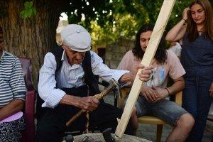 Asırlık çınar, ahşap ev aletleri yaparak misafirlerini sevindiriyor